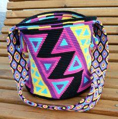 """Da ich ja beim Häkeln der Wayuu mochila den Boden zuerst mit 6 Maschen gemacht habe, war der ja zum """"Spitzhut"""" geworden. Da ic..."""