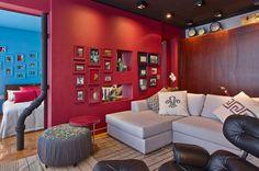 Erős színek, érdekes felületek és minták - egyedi berendezés egy érdekes lakásban