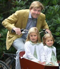♥Koning Willem Alexander met sy dogters, Prinses Amalia en Prinses Alexia op ń fiets (NL)