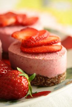 Dessert Recipe: Raw Vegan Strawberry Cake #vegan #recipes #healthy #plantbased #whatveganseat #glutenfree #dessert #rawfood