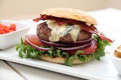 Hamburgere med paprikasalsa, bacon og blåmuggost