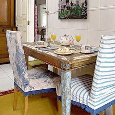 Mesa de madeira com acabamento rústico ... com capas ... para a mesa lá de fora