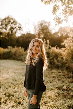 Fall Photo Shoot Outfits, Senior Photo Outfits, Senior Girl Photography, Photography Poses, Fall Senior Pictures, Senior Photos, Senior Portraits, Self Portrait Poses, Picture Poses