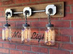 Dieses Einmachglas wall Wandleuchte-Funktionen, die drei Lichter an der Basis befestigt. Käufer können die Anzahl der Kettenglieder anpassen, falls nötig. Die Wandlampe verwendet 3 Stahlrohr 25 Watt-Glühbirnen, die perfekt die Maurer-Gläser passen. Die Vorrichtung soll schwer sein an der Wand, mit keine sichtbaren Drähte, zulassend Steuerung mit einem Lichtschalter verdrahtet.
