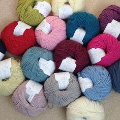 little woollie: Crochet Star Making - A Tutorial. Crochet Patterns, Crochet Rugs, Crochet Stars, Penny Rugs, Rug Hooking, Blog, Carpet, Throw Pillows, School Ideas