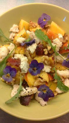 Nektarinsallad med myntablad, fetaost och penseer Salads, Salad, Chopped Salads