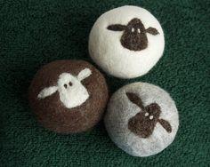 Angebot gilt für 1 Tricolor Herde 3 Trockner Bälle. (weiße Schafe auf natürliche braun, braune Schafe auf natürliche weiße & natürliche grau) Bitte beachten Sie: Diese sind größer als meine ursprüngliche Schafilein Trockner Kugeln (Kunden-Feedback sagt mir, Sie wollte größer!). Lynns Deckel Schafilein Wolle Trockner Kugeln werden von Hand gefertigt in Kanada mit einer Kombination aus nass & trocken Filzen. Die süßen Schafe Gesichter sind Nadel gefilzt von Lynn von hand auf nass gefil...