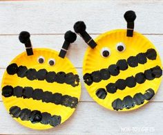 Easy paper plate bee craft for preschoolers and older kids. This easy spring craft is perfect for an insect study unit in the classroom. Paint a paper plate and make the black strips with a pom pom. Bee Crafts For Kids, Spring Crafts For Kids, Summer Crafts, Toddler Crafts, Arts And Crafts, Crafts Toddlers, Insect Crafts, Bug Crafts, Craft Stick Crafts