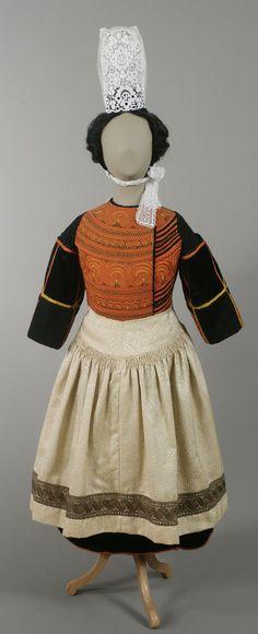 Costume de communiante bigoudène, vers 1920 Les jeunes Bigoudènes avaient elles aussi leur propre costume. Ici, un costume de communiante.