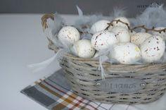 Easter centerpiece with feather boa http://cityserendipity.pl/lifestyle/wielkanocne-dekoracje-jaja-piora-i-mech/