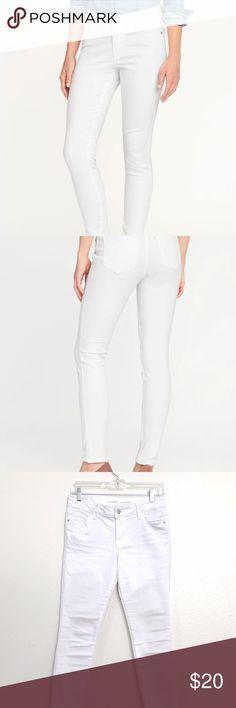 """Size 4 Mid-Rise Stay White Rockstar Skinny Jeans These are petite size 4 Old Navy white rockstar skinny jeans. Never worn, but no tags. I'm 5'2"""" and these come perfectly to my ankles they also fit well around a size 26"""" waist. I selling them because I want high rise jeans instead. Old Navy Jeans Skinny"""