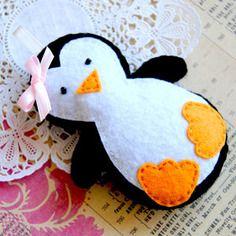 Joli pingouin fait main en feutrine à suspendre