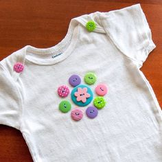 Decorate a plain onsie with fun and colorful buttons! Baby Sewing Projects, Sewing For Kids, Applique Onesie, Baby Embroidery, Baby Girl Blankets, Button Crafts, Baby Crafts, Diy Clothes, Kids Outfits