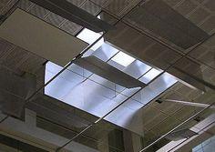 Kunst- und Tageslichttechnik von durlum für Changi-Airport - Die Butterfly-Panels werden über eine komplexe elektronische Steuerung geführt. Bei schlechter Wetterlage und in der Nacht wird die Tageslichtsituation durch Kunstlicht in Form von Direktleuchten unterstützt, die sich ebenfalls in den Skylights befinden. Unterhalb der Skylights sind Panels mit einer dekorativen Oberflächenstruktur angebracht, welche die technische, jedoch elegante Atmosphäre unterstreichen.