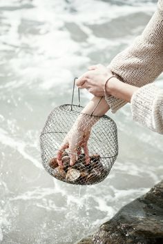 I love to gather shells from the beach.it's like taking a little bit of the sea home with you. Vida Natural, The White Company, Cottages By The Sea, Beach Cottages, Magazine Kinfolk, Diy Inspiration, Slow Living, Coastal Living, Coastal Style
