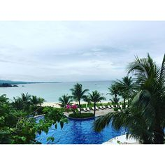 【spiga.e.2figlie】さんのInstagramをピンしています。 《雨が降っても、厚い雲に覆われていても、青く綺麗な海。 . 快晴の日にこの海を見たかったな… また次回の楽しみにします😢 #沖縄#ブセナテラス #ホテル #海》