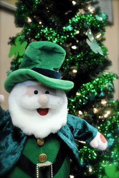 St. Patrick's Day Tree!  Would never think of putting a tree up for St. Patrick's Day.  Clever idea.