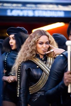 beyonce performs at the 2016 super bowl half time show Beyonce Knowles Carter, Beyonce And Jay Z, Beyonce 2016, Destiny's Child, Black Power, Black Girl Magic, Black Girls, Style Beyonce, Alternative Rock