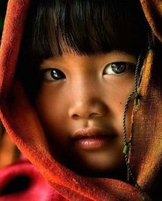 Look at the beautiful eyes. They look like onyx stones. Child Smile, Child Face, Girl Face, Precious Children, Beautiful Children, Beautiful Babies, Kids Around The World, People Of The World, Beautiful Eyes