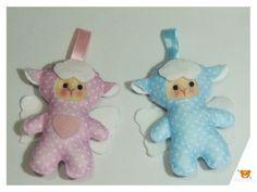 Chaveiro para lembrancinha de nascimento/chá de bebê confeccionada em feltro com o tema de ovelhinha anjinho.
