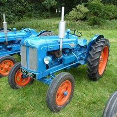 Vintage Tractors, Vintage Farm, Classic Tractor, Ford Tractors, Old Cars, Metal Art, Farming, Diesel, Childhood