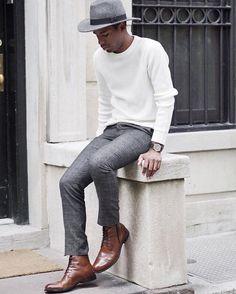 Chapeau en feutre gris clair porté avec un pull blanc, un pantalon en prince de galles gris et des boots marron #chapeau #homme #look #mode #elegance #style #menstyle #streetstyle #menswear #hats #men #mensfashion