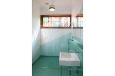 www.arcke.com.au. Bardon Garden House. Bathroom. #arcke #brisbanearchitect #contemporaryarchitecture #plywood