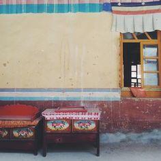西藏的房子颜色都很漂亮,最喜欢的就是每个窗户和门上沿的小窗帘,特别是有风的时候,整个房子就像是活了起来,好多个眼镜眨啊眨  #西藏 #拉萨 #lhasa #tibet #china #architecture #monastery #color #table #drawing #colorful #adventure #travel #travelgram #ontheroad #wanderlust #vscocam #vsco #anywhereanyhow