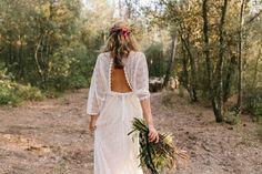 http://stylelovely.com/confesionesdeunaboda/2017/01/16/una-novia-bohemia-troncos/