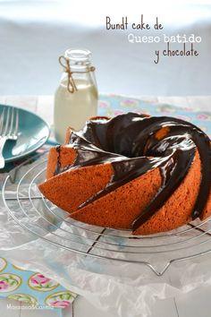 Bundt cake de queso batido y chocolate