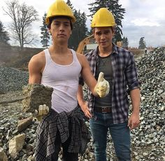 Cole Sprouse and KJ Apa aka Jughead Jones and Archie from Riverdale. These two look good but goodness I can't look away from Coles arms. Kj Apa Riverdale, Riverdale Archie, Riverdale Memes, Riverdale Funny, Sprouse Bros, Dylan Sprouse, Cole Sprouse Hot, Archie Comics, The Cw
