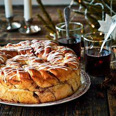 Kierrebostonpullan sisällä on kanelinen pekaanipähkinätäyte. Pizza, Bread, Baking, Desserts, Recipes, Diy, Food, Tailgate Desserts, Deserts