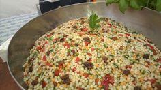Tabouleh van parelcouscous met verse kervel, bieslook, basilicum en peterselie, rozijnen en paprika.