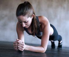 Beim Planking steht der ganze Körper unter Spannung, das strafft!
