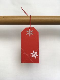 Red name tag with white snowflakes. White Snowflake, Snowflakes, Christmas Time, Christmas Ornaments, Christmas Settings, Name Tags, Gift Bags, Create Yourself