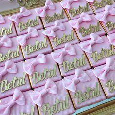 Bebek çikolatası Chocolate Favors, Chocolate Decorations, Chocolate Box, Baby Girl Born, New Baby Girls, Chocolate Babies, Personalized Chocolate, Diy Resin Art, Candy Wrappers
