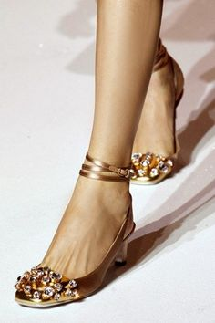 ✕ YSL pump with sequined cap—love the straps! / #shoe #golden #haute