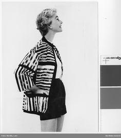 """Modell i jacka av """"Castello"""", design Viola Gråsten, NK:s Textilkammare 1955, kvalitet linne/bomull, modell Viola Gråsten."""