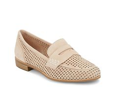 Bass & Co.-Elle Loafer The Elle flat from G. Bass & Co. shows off all-over perforations and an iconic penny keeper strap. Sneakers N Stuff, Ankle Sneakers, Converse Sneakers, Slip On Sneakers, Leather Sneakers, Sneakers Fashion, Preppy Style, My Style, Fall Flats