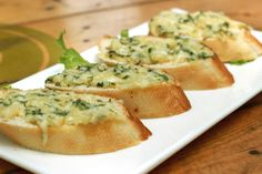 Easy Cheesy Garlic Bread on Bachelor Recipe. Easy and quick appetiser snack made with two cheese, garlic and sliced bread you can eat it simple or baked. Fast Healthy Meals, Healthy Snacks, Easy Meals, Healthy Recipes, Cauliflower Garlic Bread, Cheesy Garlic Bread, Greenland Food, Bachelor Recipe, Chile