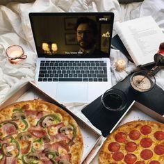 Μένουμε σπίτι απολαμβάνοντας την αγαπημένη μας σειρά με πίτσα!🍕 Pepperoni, Funny Moments, Pizza, Lovers, Food, Essen, Meals, Yemek, Eten