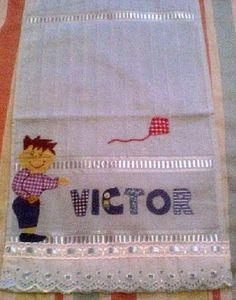 Material: Toalha escolar, bordado inglês, passa fita e fita de cetim, Técnica: bordada patch-colagem R$ 25,00