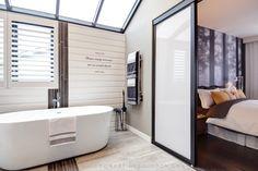 La salle de bain d'une chambre des maîtres style hôtel boutique