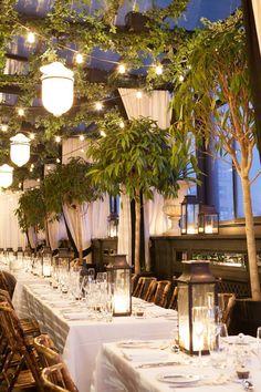 árvores, lanternas, verde acompanhando a estrutura, cortinas