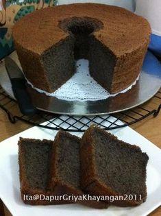 "Bikin tepung ketan hitam sendiri, hasilnya...""Cake Chiffon Ketan Hitam"" yg manis legit dan lembuut banget, warna cakenya juga lebih kelam... Roti Canai Recipe, Bolu Cake, Ogura Cake, Resep Cake, Cotton Cake, Cake Recipes, Dessert Recipes, Chiffon Cake, Indonesian Food"