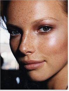 10 astuces maquillage pour celles qui ont des taches de rousseurs                                                                                                                                                                                 Plus