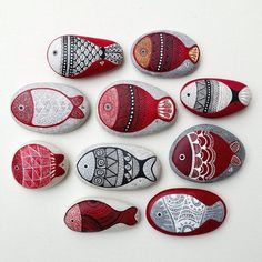 A darling school of fish hand painted by . I ❤ the intricate line work 〰🖋.Painted Rock Ideas - Do you need rock painting ideas for spreading rocks around your neighborhood or the Kindness Rocks Project?Nice fishy ones! Pebble Painting, Dot Painting, Pebble Art, Stone Painting, Pebble Stone, Mandala Painting, Stone Crafts, Rock Crafts, Arts And Crafts