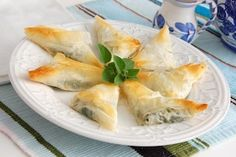 Baking/Leivonta: Cheese and spinach pies/juusto-pinaatti piirakat (bouréki) Creamy Spinach, Spinach And Feta, Spinach Pie, Frozen Spinach, Egg Recipes, Healthy Recipes, Easter Recipes, Greek Recipes, Delicious Recipes