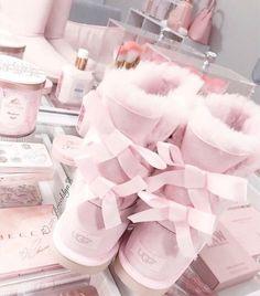 Pink Fashion, Fashion Shoes, Cozy Fashion, Fashion Outfits, Cute Shoes, Me Too Shoes, Cute Uggs, Mode Rose, Pink Uggs