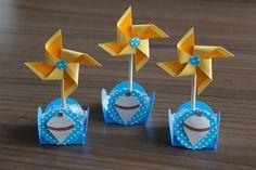 Topper para docinhos ou cupcake de Catavento feito com papel de 120 g de alta qualidade e base de madeira.  A forminha decorada é vendida separadamente aqui na loja, a foto é apenas para demonstração.    Tamanho: 11 cm de altura x 5 cm de diâmetro    Este item pode ser produzido com outras cores ...